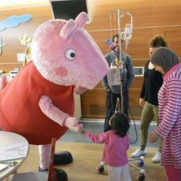 Peppa Pig, è festa in pediatria  Ha incontrato 60 piccoli pazienti