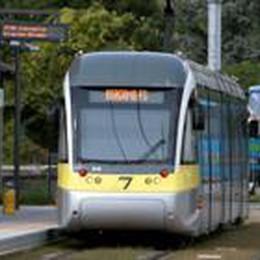 Il tram della Valli è strapieno  E i passeggeri si scazzottano