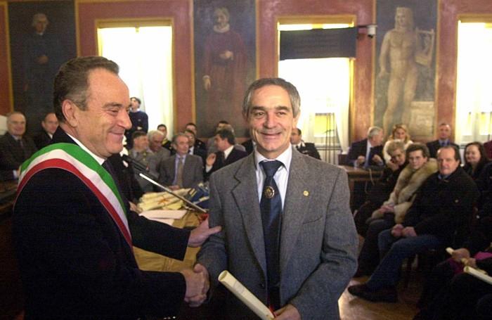 L'ex sindaco Cesare Veneziani (a sinistra), conferisce la benemerenza civica a Bruno Agazzi, Lìber Prim