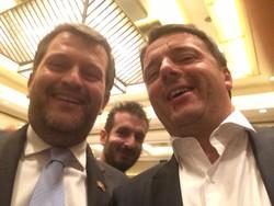 Selfie di Francesco Galli amministratore delegato degli istituti ospedalieri bergamaschi con il presidente Matteo Renzi in Cina