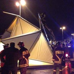 Tensostrutture finiscono in strada Maltempo, danni a Sarnico