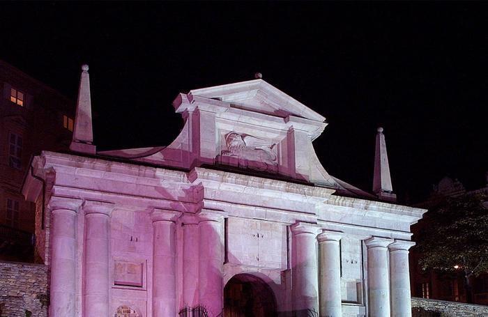 Porta San Giacomo in rosa per la lotta contro il cancro al seno