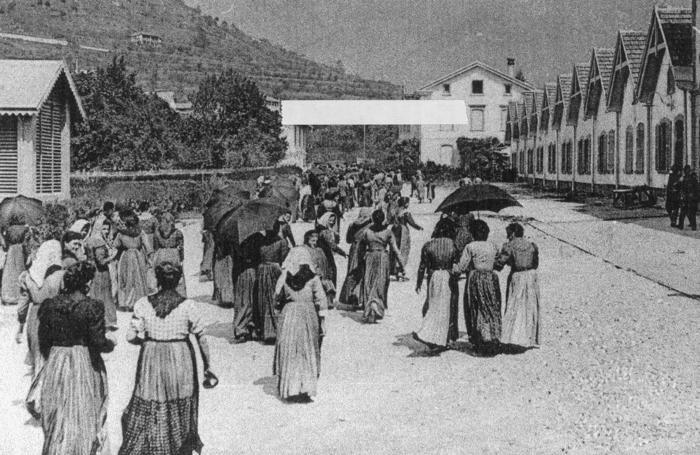 L'ingresso  delle filatrici in una fabbrica tessile in una foto d'epoca