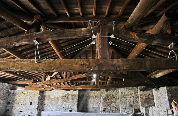 Il salone con il tetto ligneo