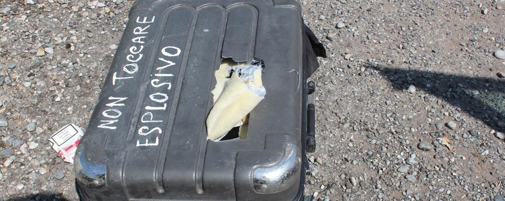 Sulla borsa: «Non toccare, esplosivo» Un metodo antifurto? Duecento evacuati