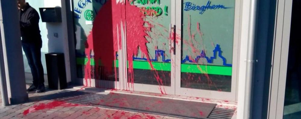 Vernice rosso sangue e uno striscione Pacì Paciana: attacco frontale alla Lega
