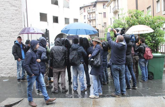 I giornalisti davanti al Tribunale in attesa di Bossetti