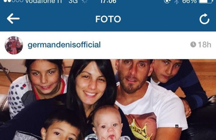 La foto della famiglia postata da Denis su Instagram