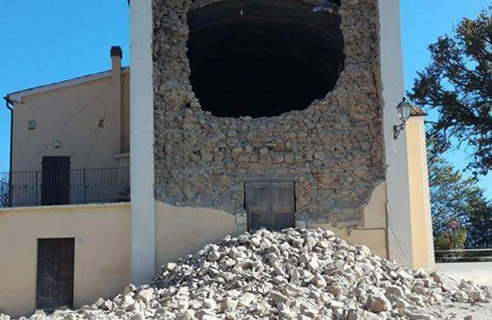 Il crollo della facciata della chiesa di Brondoleto, nel comune di Castelraimondo, dopo il violento terremoto che ha colpito l'Italia centrale 30 ottobre
