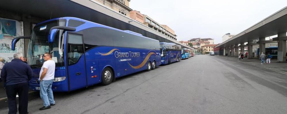 Stazione, anche i bus fanno i furbetti Ed è boom di tassisti abusivi - Foto