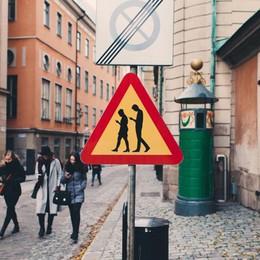 Più incidenti da pedoni che alla guida Smartphone, segnali stradali in Svezia