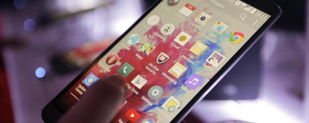 A 11 anni sul web con lo smartphone «Troppo presto, i nostri figli rischiano»