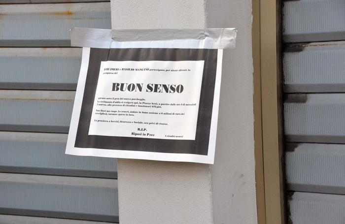 Un cartello annuncia il «funerale» del buonsenso