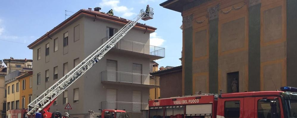 Incendio in via Garibaldi - foto/video Strada riaperta dopo oltre due ore