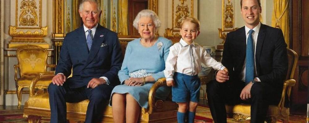 Case reali in festa, auguri Elisabetta La foto ufficiale di 4 generazioni - video
