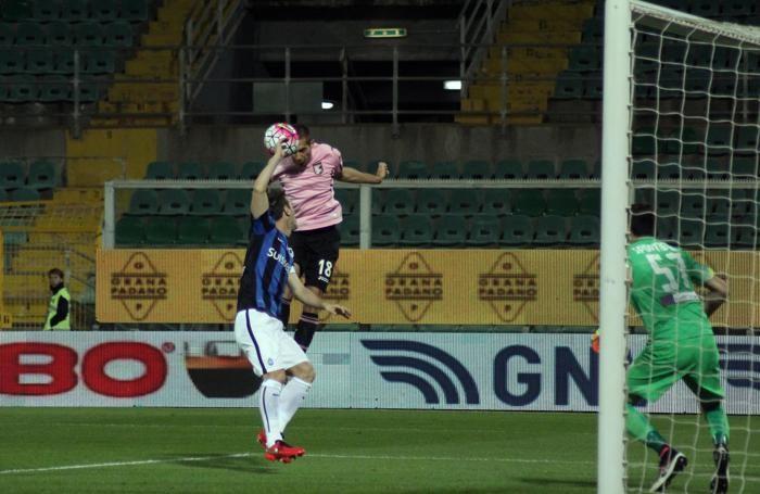 Il fallo di mano del difensore dell'Atalanta Gianpaolo Bellini