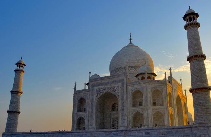 Il Taj Mahal all'alba, quando ancora non è affollato dai turisti.