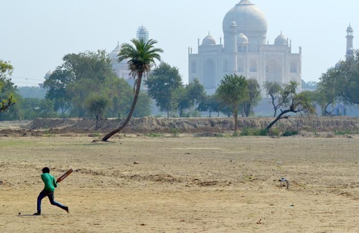 Il Taj Mahal osserva la vita quotidiana dell'India
