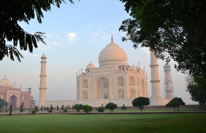 Il Taj Mahal, situato ad Agra, nell'India settentrionale, è il mausoleo fatto costruire nel 1632 dall'imperatore Shah Jahan in memoria della moglie preferita, la principessa Arjumand
