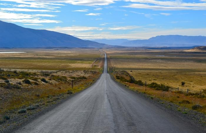La strada, quasi infinita, che porta da Puerto Natales al Parco Nazionale Torres del Paine