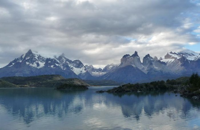 Il massiccio del Paine visto dal lago Pehoé. Frequente la presenza di nubi sulle cime