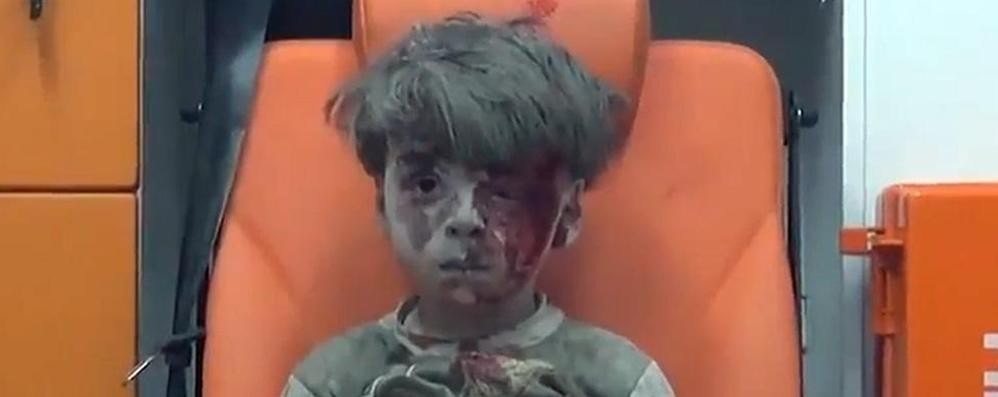 Gli occhi del bimbo salvato dalle macerie Siria, fermate questo orrore  - Video