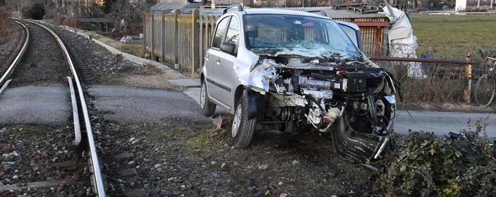 Treviglio, auto distrutta dal treno - Foto Incredibilmente salvo un 70enne