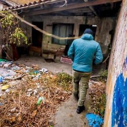 Rifugi abusivi tra i rifiuti Senzatetto vicino all'A4 -Video