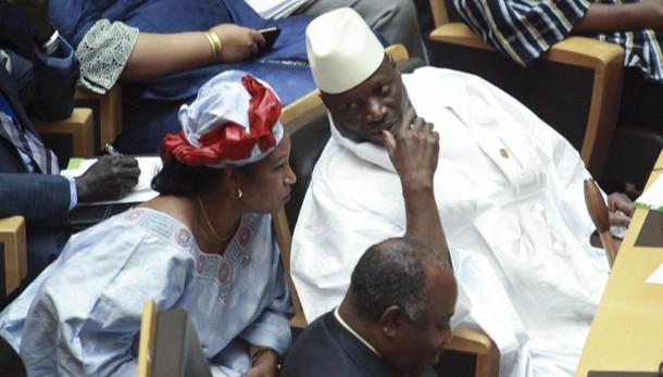 Gambia: Jammeh è in Guinea, proteste
