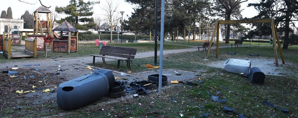 Distruggono i contenitori dei rifiuti Treviglio, vandali al parco giochi