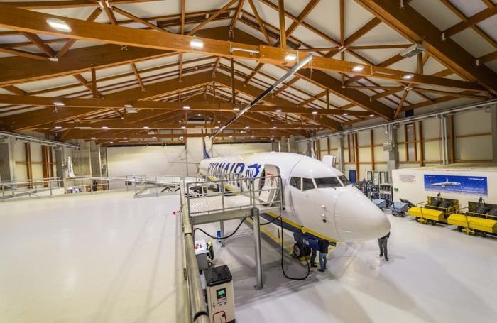 notte nel nuovo hangar ryanair