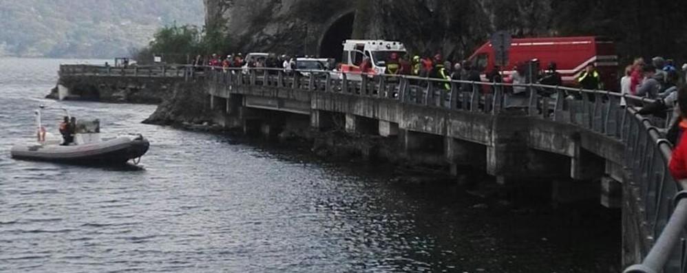 Tavernola,  incidente fatale -Foto Moto finisce nel lago, muore 54enne