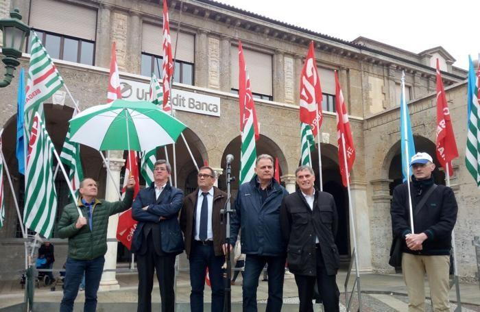 Il comizio unitario in piazza Vittorio Veneto