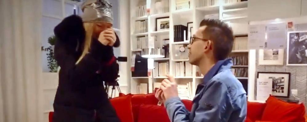 «Vuoi sposarmi?» La proposta è creativa Video a sorpresa nel centro commerciale