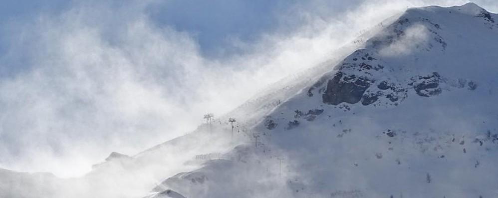 Il vento non molla in montagna - Video  Pora, seggiovia chiusa. Bello fino giovedì