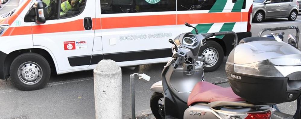 Incidente con uno scooter in via Mai Tre ragazze ferite, traffico in tilt - Foto