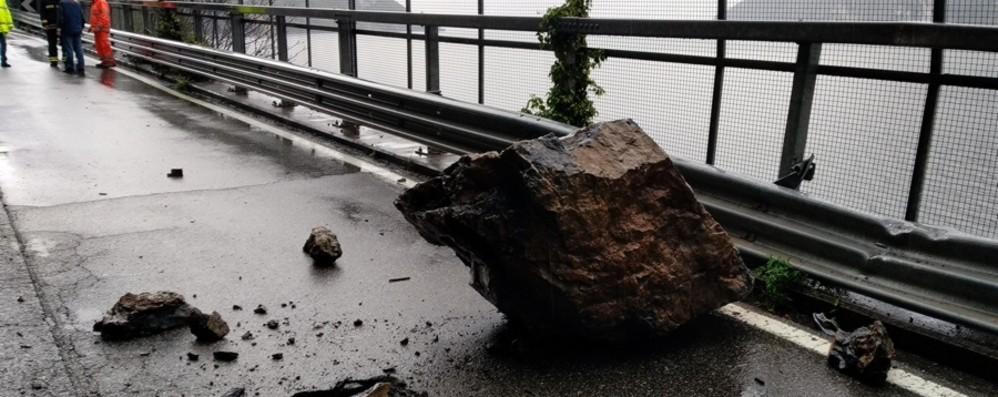 Masso di un metro cubo caduto Riapre la litoranea dopo il maltempo