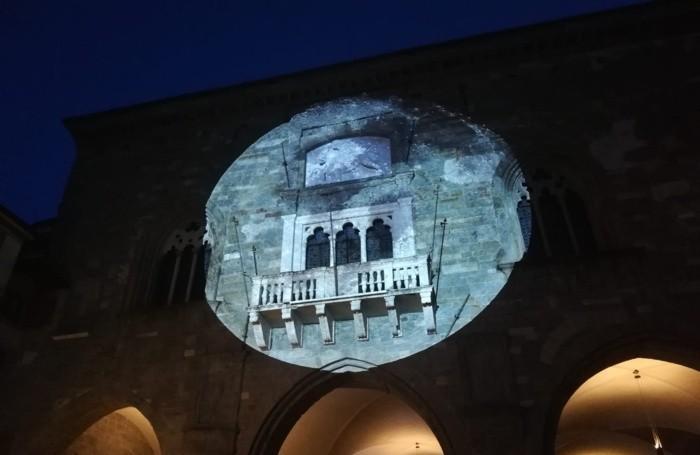 La luna proiettata su Palazzo della Ragione in Città Alta