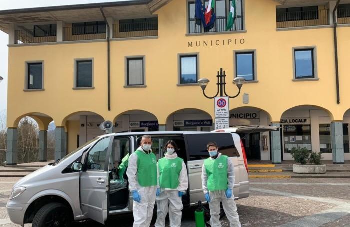 Renzo Madaschi e gli altri volontari davanti al Municipio di Cene