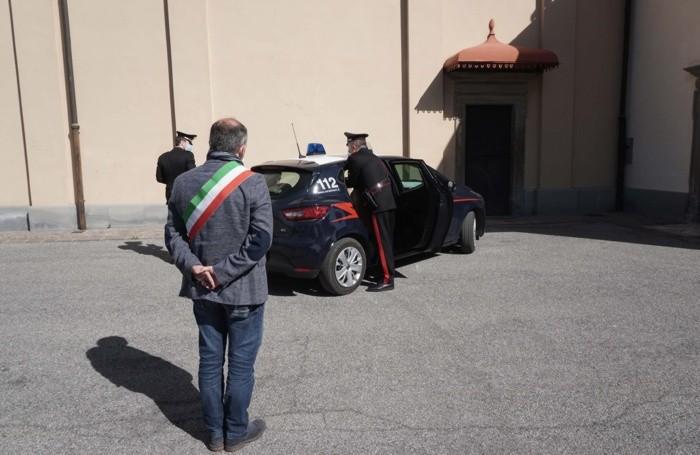 I carabinieri consegnano una delle tante urne dei defunti bergamaschi