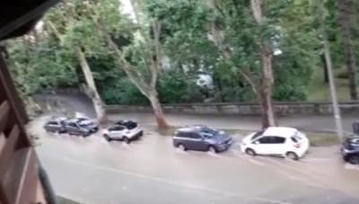 Strada allagata alla Fara per la rottura di una tubatura