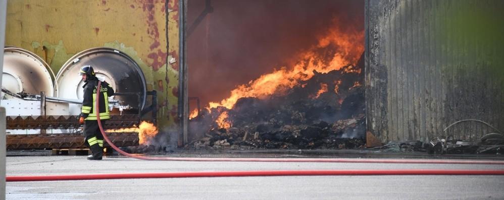 Incendio a Urgnano, ingenti i danni. La colonna di fumo visibile da km - Video