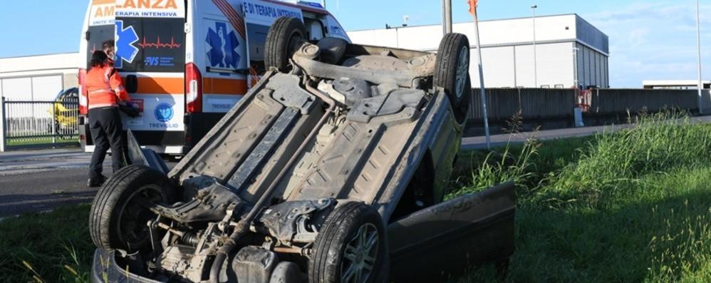 Fornovo, si ribalta con l'auto: trasportata d'urgenza all'ospedale Papa Giovanni XXIII
