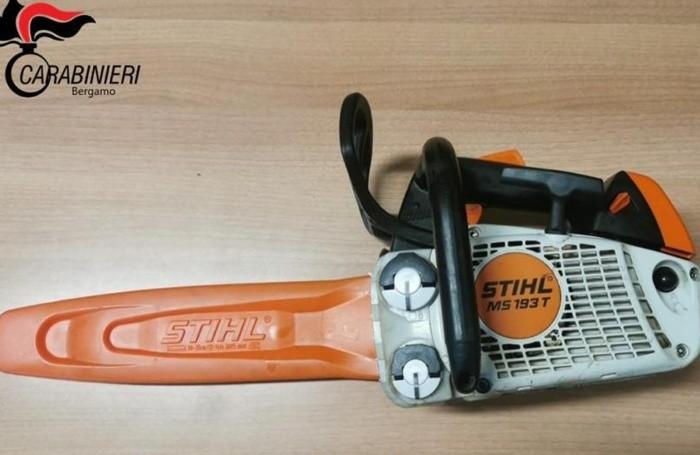 La motosega utilizzata per tagliare gli alberi