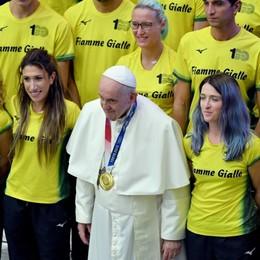 Martina Caironi da Papa Francesco con gli atleti delle Fiamme Gialle